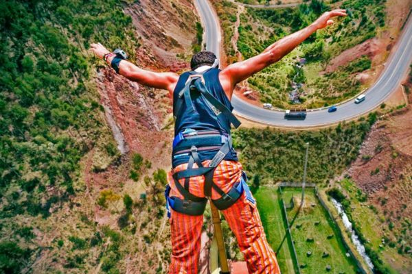 Sport extrême basé sur le saut élastique